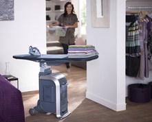 Das Kleidungspflegesystem GC9940 schafft bei Wäschebergen schnelle Abhilfe.