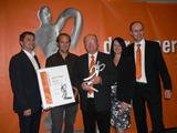 Eduard Hörmann (m.) zusammen mit Sohn Gregor und Ehefrau Elisabeth. Überreicht wurde die Auszeichnung von Michael Lipburger, Head of International Sales Jura, und Expert-GF Alfred Kapfer.