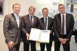 Die Gesprächspartner – ORS-GF Norbert Grill, ATV-GF Ludwig Bauer, ORS-GF Michael Wagenhofer und Astra-GF Wolfgang Elsässer (v.l.) – mit der Transponder-Vereinbarung, die auf der Futura unterzeichnet wurde.