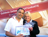 Sepp Schmidl bekommt seinen Gewinn von Wertgarantie Regionalleiterin Martina Scherer überreicht.