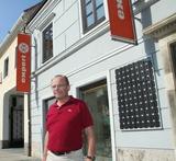 Walter Ziegelwanger vor seinem Geschäft. In Zukunft wird der Expertler mit zwei Standorten am Horner Kirchenplatz präsent sein