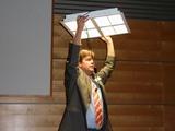 H. Lange von Philips präsentiert die LED-Einlegeleuchte PowerBalance mit der Smart Pyramid-Optik, speziell für Schulen.