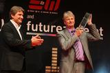 E&W-Herausgeber Andreas Rockenbauer (li) gratuliert Christian Blumberger zu seinen beiden Goldenen Stecker: in der Kategorie Multimedia Distribution und in der Spezialkategorie