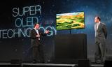 Joseph Stinziano, Senior Vice President von Samsung Electronics America präsentierte Super OLED TV auf der CES 2012-Pressekonferenz