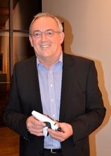 Helmut Kaiser, Chefdesigner der Bosch-Siemens-CP, zeigt sich von den innovativen Ideen - hier der Kompaktstaubsauger Syngnathus - begeistert.