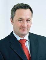 Telekom-CEO Hannes Ametsreiter macht den harten Wettbewerb, Wertberichtigungen und Restrukturierungskosten für den Verlust 2011 verantwortlich.