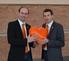 Mit orangem Herz: Auf der Frühjahrstagung präsentierten GF Alfred Kapfer und ML Matthias Sandtner die neue Werbelinie von Expert.
