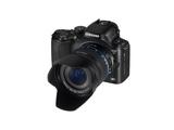 Die NX20 sieht zwar aus wie eine Spiegelreflexkamera, ist aber keine.