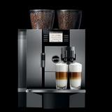 Auf Wunsch macht die Giga X7 Professional auch zwei Kaffeespezialitäten - mit Milch.