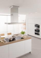 Viel Platz für Kochgeschirr bietet das 94 Zentimeter breite Kochfeld KM 6386 von Miele, das auf der rechten Seite mit zwei PowerFlex Induktionsspulen ausgestattet ist. Auf Tastendruck lassen sich die PowerFlex-Zonen zu einer großen Fläche für entsprec