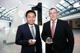 Armin Sumesgutner, A1 Bereichsleiter Netzplanung, und Daniel Zhou, CEO HUAWEI Technologies Austria (v.r.n.l.), präsentieren das größte LTE Netz Österreichs.