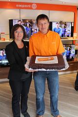 Doris Weiss von der Expert-Zentrale gratuliert Markus Mühlthaler zur erfolgreichen Eröffnung.