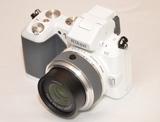 Ergonomischer Griff, elektronischer Sucher, integrierter Blitz - schon auf den ersten Blick wartet die Systemkamera Nikon1 V2 mit einigen Neuerungen auf.