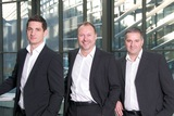 T-Mobile präsentiert nicht nur neue Distributoren, sondern stellt sich auch intern neu auf: Jens Radszuweit, Vice President Retail Sales (m.) zusammen mit den neuen Handeslvertriebsleitern Bernhard Hirschmüller-Frais (l.) für Ostösterreich und Dietmar