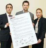 Der Vorstand der Plattform, Damian Izdebski (DiTech), Renata Hrnjak (Samsung) und Gregor Gessner (HP) mit den fünf Forderungen zu einer Reform des Urheberrechts. (Foto: Jürg Christandl)