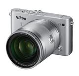 Die NIkon 1 J3 mit dem neuen 10-fach Universalzoom 1 Nikkor VR 10-100 mm.