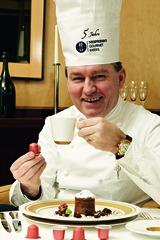 In den Genuss von Spitzenköchen wie Toni Mörwald kommt man dank der Nespresso Gourmet Weeks zu moderaten Preisen.