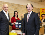Billa Vorstandssprecher Volker Hornsteiner und Peter Neubauer, CEO von PayLife, präsentieren die NFC-Terminals für die Billa-Filialen (Bild: Rewe Group).