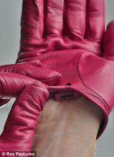 Ein britischer Designer hat Hightech-Handschuhe entworfen, die via Bluetooth das Handy ersetzen. (Screenshot www.dailymail.co.uk, Foto: Rex Features)