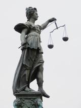Justizia drückte ein Auge zu: Die Angeklagten kamen knapp ohne Freiheitsstrafe davon. Das Finanzamt legte allerdings Berufung ein. (Foto: Dieter Schütz  / pixelio.de)