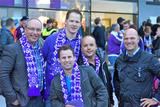 Eviso Austria-Chef Martijn van Hout (li.) und VL Lukas Pachner (re. mit den drei glücklichen Gewinnern des Champions League Gewinnspiels vor der Generali Arena. (© Natascha Kral)