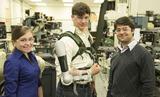 """James Dyson Award-Sieger: Vier Maschinenbaustudenten aus den USA investierten mehr als acht Monate in die Entwicklung von """"Titan Arm"""" - einem batteriebetriebenen Oberkörper-Roboterarm."""
