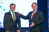 Der scheidende Generaldirektor von Philips Austria, Robert Pfarrwaller (re.), stellt seinen Nachfolger Robert Körbler vor.