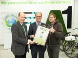 Norbert Lux, COO Green Brands (l.) und Thomas Weber (r.) Jurymitglied sowie Herausgeber von Biorama, übergeben. Konzernsprecher Peter Schiefer die Auszeichnung.