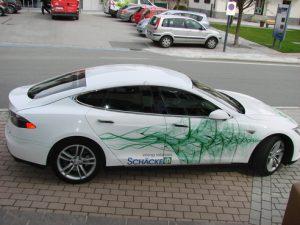 """Auch ein bisschen Spaß musste sein: Der """"Schäcke-Tesla"""" stand mit vollen Akkus bereit. (Fotos: Schäcke)"""