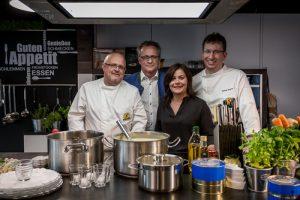 So zB beim Team von Rent a Cook, mit Koch Manuel Wagner (r.) und Thomas Pfalzer Geschäftsleiter Neff Österreich (m.).