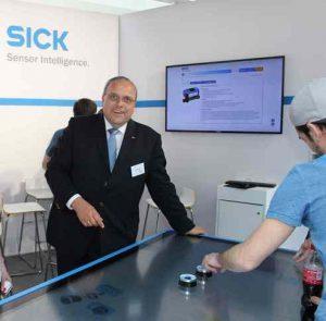 Sick Geschäftsführer Helmut Maier präsentiert den interaktiven Tisch, an dem sich die SMART-Besucher über neueste Produkte, Lösungen und Anwendungen informieren konnten. (Fo: K.Pichler)