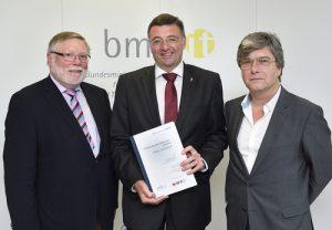 Infrastrukturminister Jörg Leichtfried (Mitte) präsentiert gemeinsam mit Werner Höss (rechts) und Karl-Heinz Neumann (links), den aktuellen Bericht und weitere Maßnahmen für den Ausbau des Breitbandnetzes in Österreich. (Foto: Zinner/bmvit)