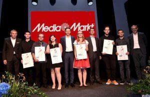 Jährlich absolvieren junge Menschen erfolgreich die Ausbildung zum Multimedia-Fachberater bei MediaMarkt. Vor Kurzem wurden die Absolventen im Rahmen einer österreichweiten Lehrlingsfeier von MediaMarkt-CEO Ditmar Krusenbaum ausgezeichnet.
