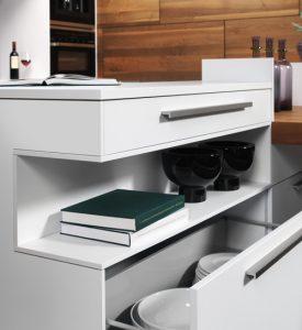 Bei ewe lohnt sich ein Blick hinter die Küchenfronten, denn hier eröffnet sich ein wahres Stauraum-Eldorado - jede Nische wird sinnvoll genutzt.