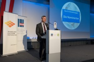 …und bmvit-Minister Norbert Hofer beim gestrigen PV-Kongress in der WKÖ verliehen.