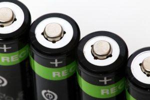 Mit einem Trick verhindert ein Forscherteam, dass Lithium-Ionen-Batterien Feuer fangen oder explodieren, wenn sie mechanisch beschädigt werden. (Bild: Tim Reckmann/ pixelio.de)