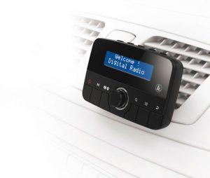 Für rund 90 Euro lässt sich mit dem praktischen Adapter von Hama DAB+ ins Auto holen.