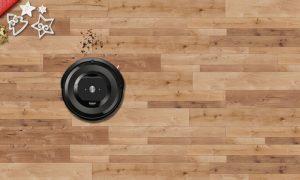 """Als Helferlein in der Weihnachtszeit – um Keksbrösel und Tannennadeln zu entfernen – präsentiert iRobot den Roomba e5. """"Dieser arbeitet mit fünf Mal Saugkraft, um Böden von festsitzendem Schmutz, Ablagerungen und Tierhaaren zu befreien"""", so das Versprechen. (Bild: iRobot)"""