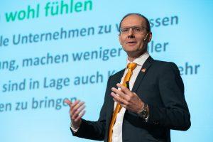 Expert-GF Alfred Kapfer stellte bei der Frühjahrstagung 2019 auhc das Thema Wertschätzung für Mitarbeiter und Kunden in den Mittelpunkt. (Foto: Expert/Chris Hofer)