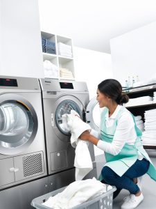 """Die Kleinen Riesen von Miele bewähren sich schon seit mehr als 40 Jahren überall dort, wo Maschinen für Privathaushalte an ihre Grenzen stoßen. Bei der Entwicklung der neuen Kleinen Riesen lag der Fokus - neben einer Reihe an technischen Innovationen - darauf, noch spezifischer auf die individuellen Kundenbedürfnisse einzugehen. """"Die Kleingewerbegeräte sind der optimale Einstieg in die professionelle Wäschepflege"""", sagt Miele."""