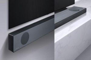 Die Soundbar-Spitzenmodelle wie die SL9 sind in ihrem Design perfekt auf die neuen OLED-Modelle abgestimmt, unterstützen Dolby Atmos und DTS-X sowie Sprachsteuerung und besitzen zudem einen integrierten Kreiselsensor, der die Lage der Soundbar erkennt (wandmontiert oder flach liegend) und die Abstrahlrichtung entsprechend einstellt.