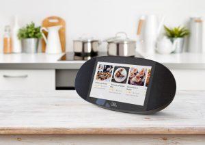 Ok Google, was gibt's Neues? – Diese Frage kann der ab sofort verfügbare smarte Lautsprecher JBL LINK VIEW klangstark beantworten.
