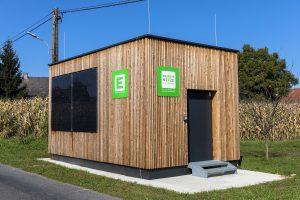 """In der Steiermark startet ein europaweit aufsehenerregendes Blockchain-Vorzeigeprojekt: Wer mit der eigenen Photovoltaikanlage zu viel Strom erzeugt, kann den Überschuss zukünftig direkt an seine Nachbarn verkaufen. Der Gemeinschafts-Speicher in Heimschuh ist die Drehscheibe für den """"Insel-Handel"""" mit Sonnenstrom."""