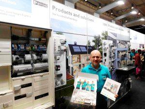 """Andreas Zettl, Bereichsleiter Sales & Marketing bei Phoenix Contact, präsentierte am Messestand zu den Power Days in Salzburg eine Sortimentsbox und die neue Broschüre """"Elektromaterial für Profis – Produkte für die Gebäudeinstallation"""