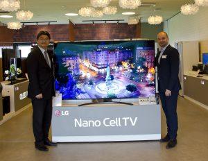 Bei der Neuheitenpräsentation stellte sich auch Chan Yoon Woo, seit 2019 Managing Director von LG Electronics in Österreich, vor – im Bild mit ML Markus Werner und dem 86 Zoll großen NanoCell-TV Flaggschiff SM90.