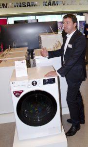 """Thomas Grasslober, Product Specialist Home Appliance, stellte mit """"Vivace"""" die erste Waschmaschine mit KI vor."""