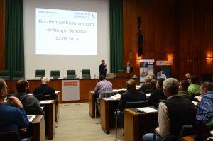 Arno Kransteiner begrüßte die zahlreichen Seminarteilnehmer und informierte über relevante Normen bzw. Neuerungen.