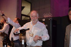 Branchensommelier Alois Reiter eröffnete in der PAnzerhalle traditionell seine Weinbar.