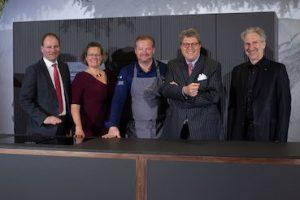 Mit gefeiert in Salzburg haben (von links): Dr. Markus Miele, Sandra Kolleth, Andreas Döllerer, Dr. Reinhard Zinkann und Miele Chefdesigner Andreas Enslin. (Bild: Miele)
