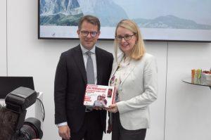 Oliver Klemm, Chief Services & Solutions Officer von MediaMarktSaturn (l.) und Digitalministerin Margarete Schramböck (r.) präsentieren das Smartphone Sorglos-Paket bei der didacta DIGITAL.